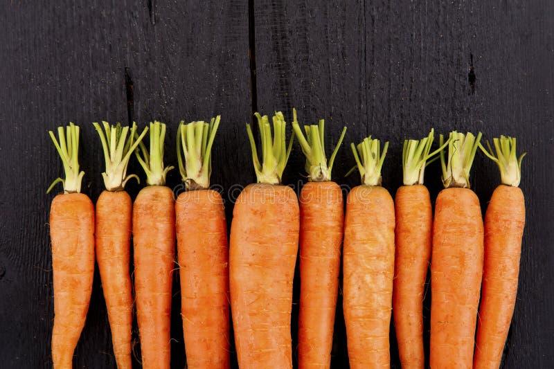 与尾巴的未加工的新鲜的红萝卜 免版税库存照片