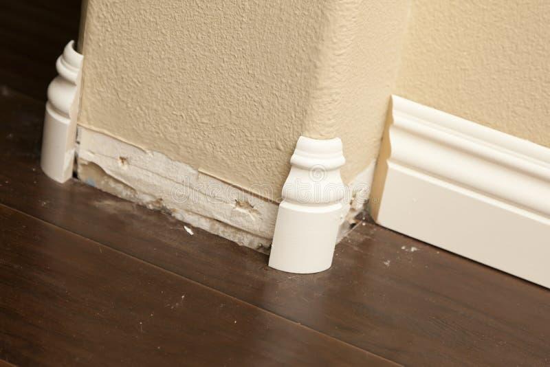 与层压制品的地板的新的护壁板和外圆角角落 免版税库存照片