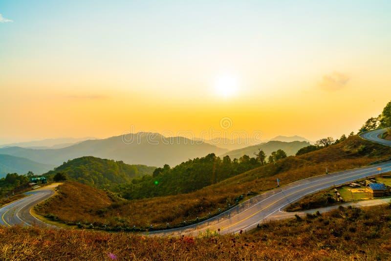 与层数山和路的美丽的日落天空 库存照片
