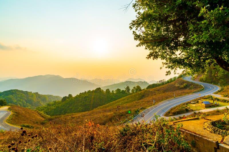 与层数山和路的美丽的日落天空 库存图片