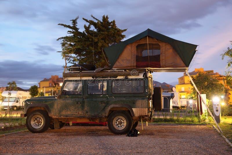 与屋顶帐篷的徒步旅行队吉普 免版税库存照片