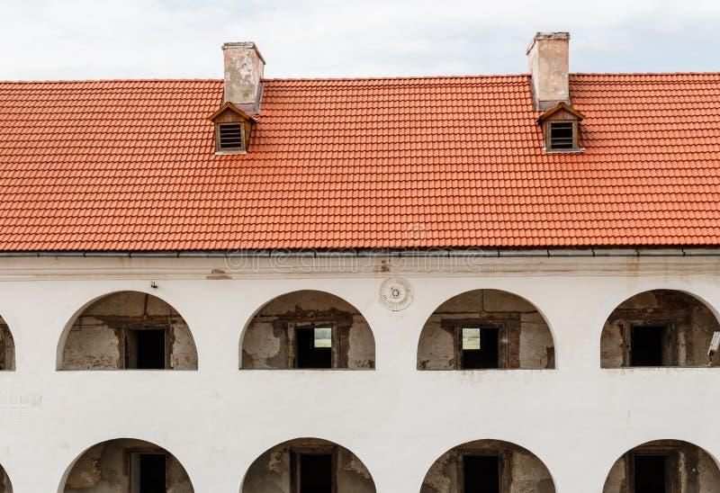 与屋顶,城堡Palanok,穆卡切沃,乌克兰的内在庭院的画廊 免版税图库摄影