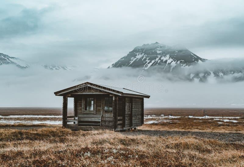 与山反射的冰岛小capin与冰和云彩 Snaesfellnes半岛 库存照片
