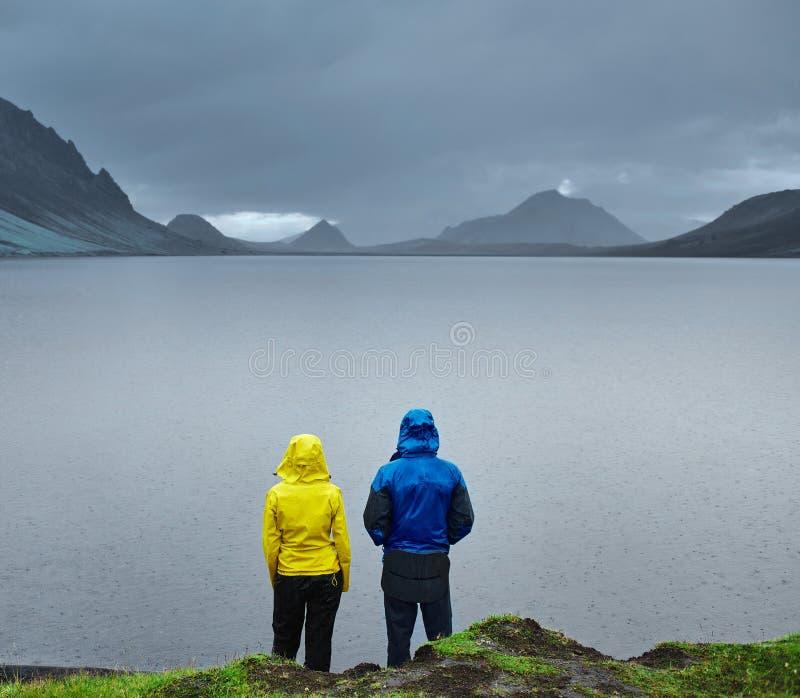 与山反射的湖海岸,冰岛 库存照片