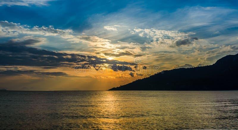 与山和云彩天空形式马尔马里斯港,Kumlubuk,土耳其的全景日落风景 金黄小时 库存照片