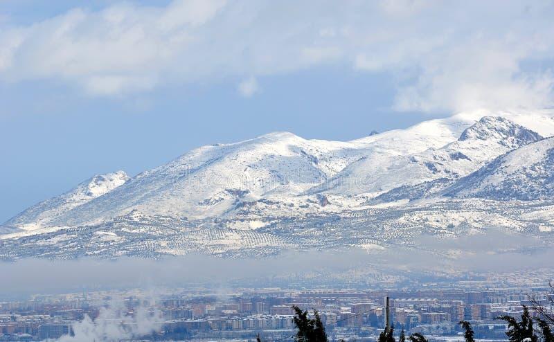 与山和云彩的斯诺伊风景 免版税库存照片