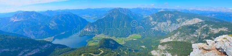 与山和河的美好的夏天全景风景 免版税库存照片