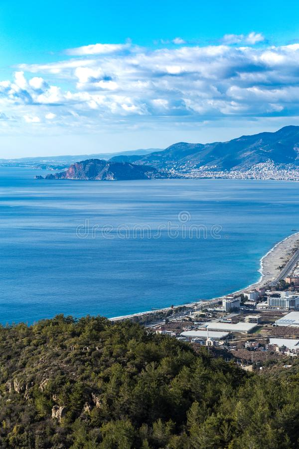 与山和沿海城市的地中海海景 免版税库存图片