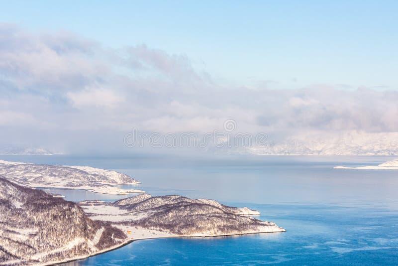 与山和海湾的美好的冬天风景 库存图片