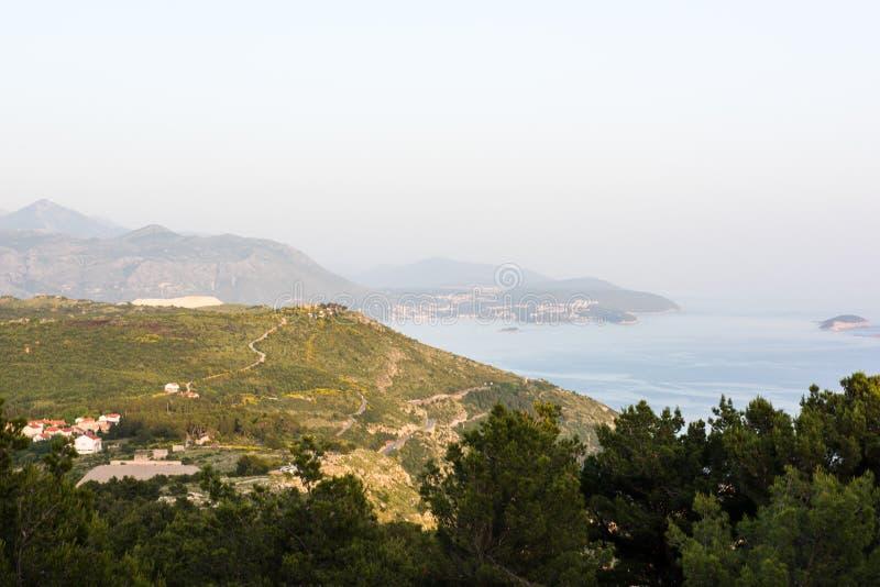 与山和海的风景 免版税库存照片