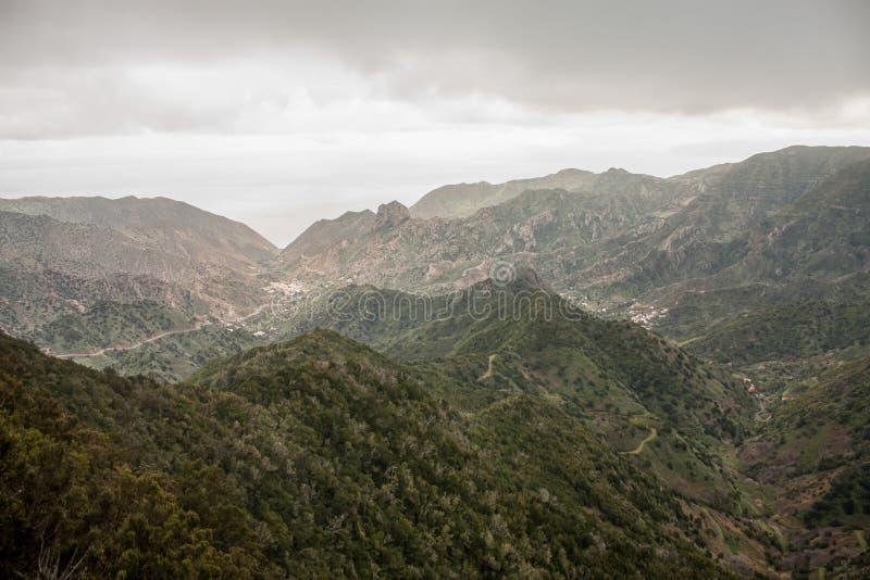 与山和绿色山谷的外型全景在戈梅拉岛,西班牙 图库摄影