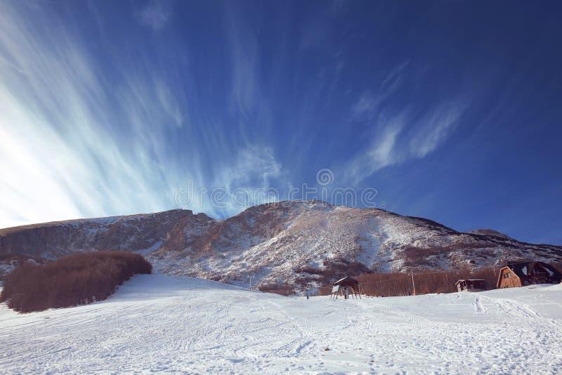 与山和蓝天的冬天风景 Zabljak, Montenegr 库存图片