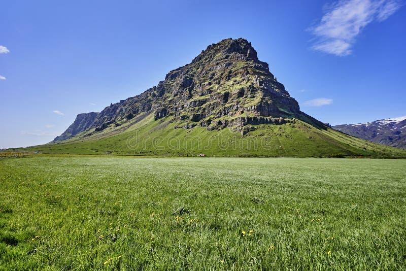 与山和蓝天的美好的冰岛风景 库存照片