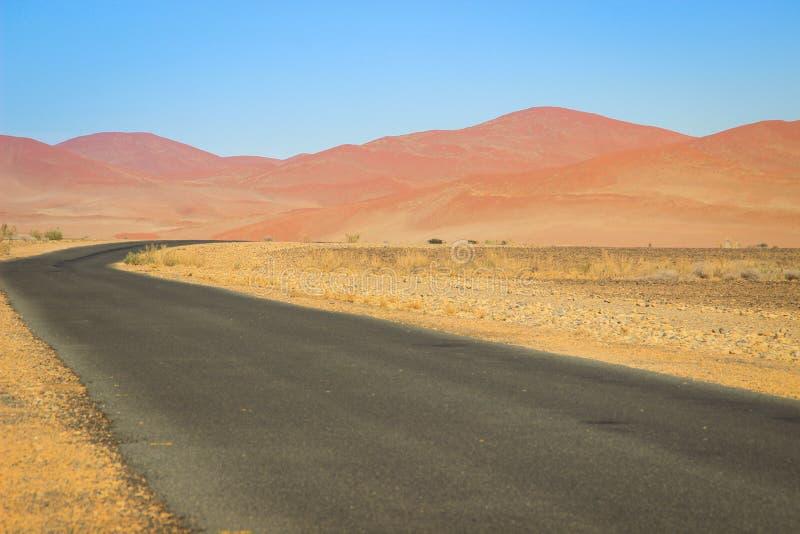 与山和路的沙漠风景在纳米比亚的南部 免版税库存图片
