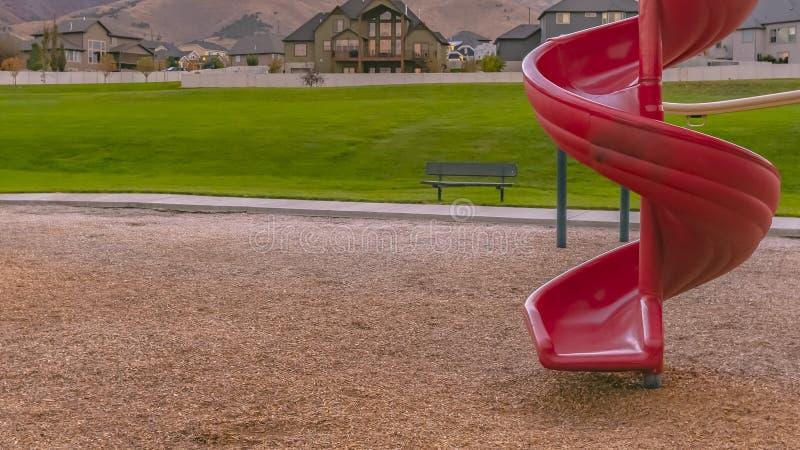 与山家和草坪视图的红色螺旋幻灯片 库存照片