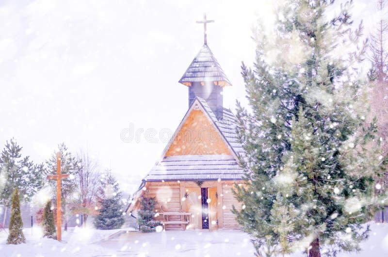 与山教会的冬天多雪的风景 免版税图库摄影