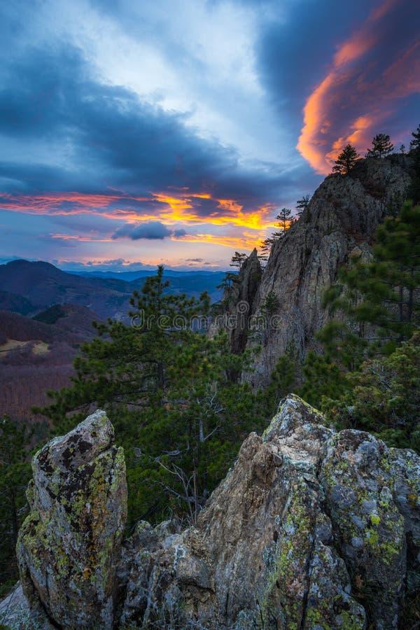 与山日落的秋天视图 免版税图库摄影
