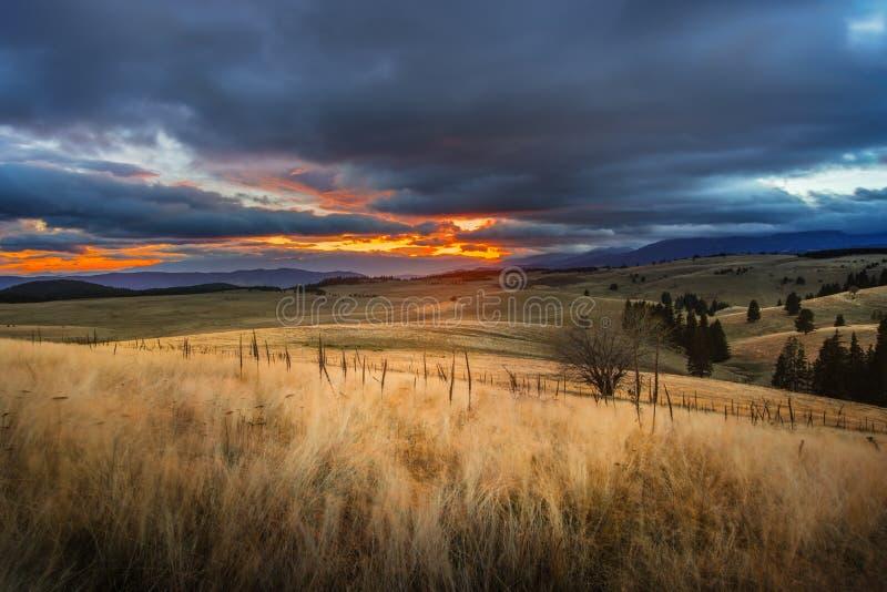 与山日落的秋天视图 库存照片