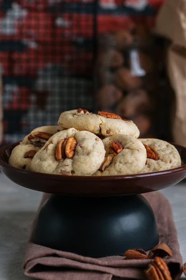 与山核桃果和红糖的耐嚼的曲奇饼 自创烘烤的c 免版税库存图片