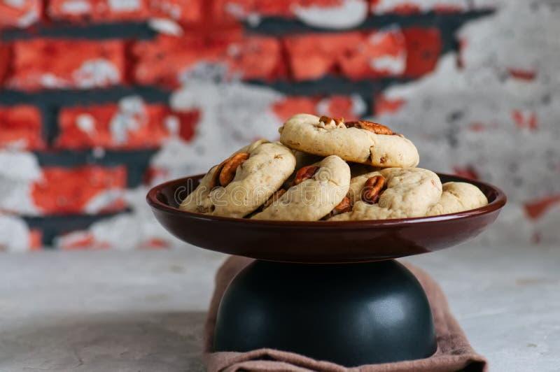 与山核桃果和红糖的耐嚼的曲奇饼 自创烘烤的c 库存照片