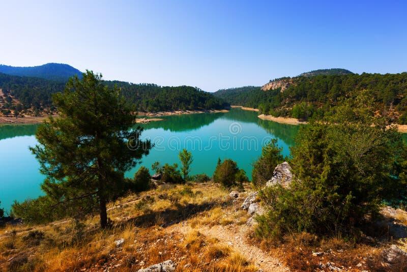与山湖的风景 免版税库存照片