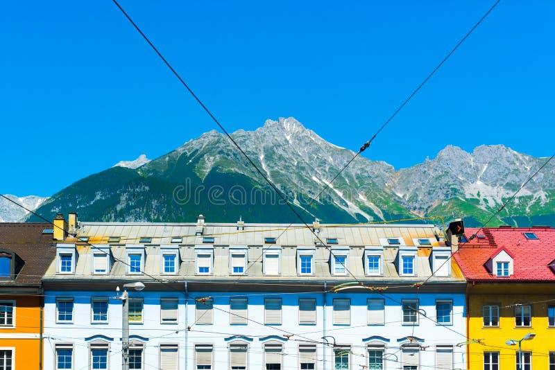 与山的五颜六色的老大厦在背景 免版税图库摄影