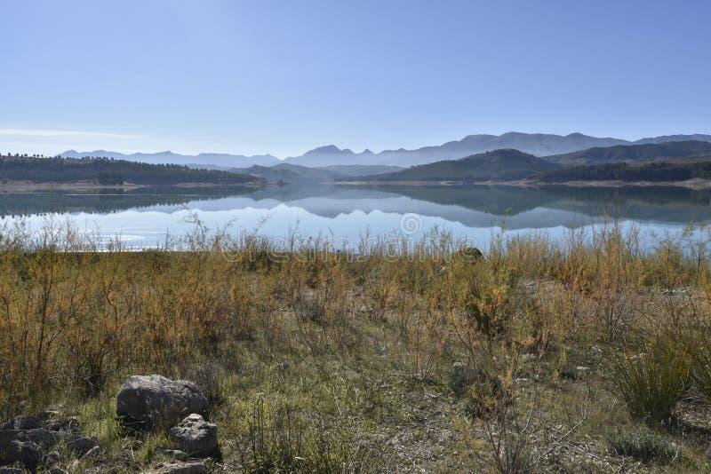 与山的反射的水库水在水中 库存照片