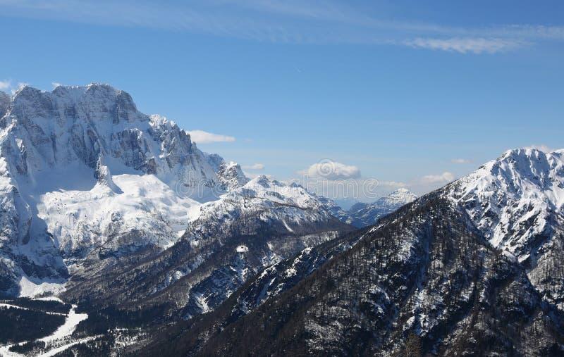 与山的壮观的全景的冬天风景 库存图片