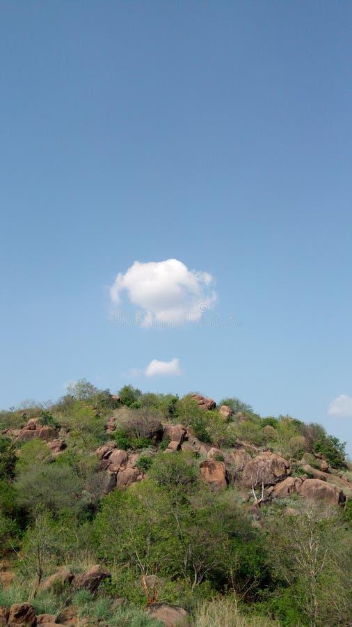 与山的天空 库存图片