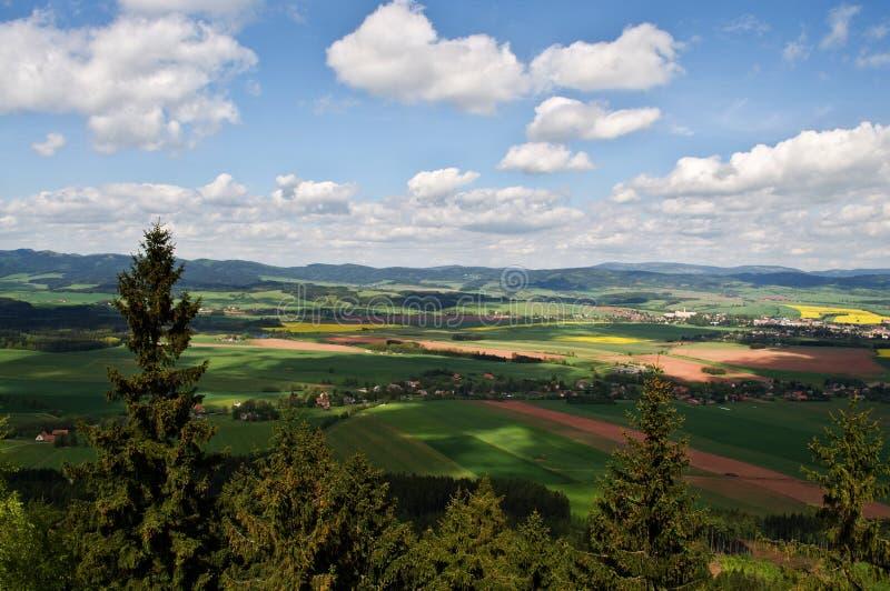 与山的捷克风景 免版税库存照片