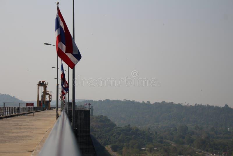 与山的旗子泰国 免版税库存照片