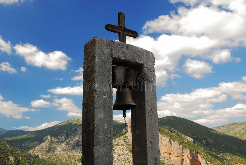 与山的正统钟楼在背景中 库存图片