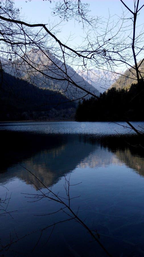 与山的清楚的反射的湖视图 图库摄影