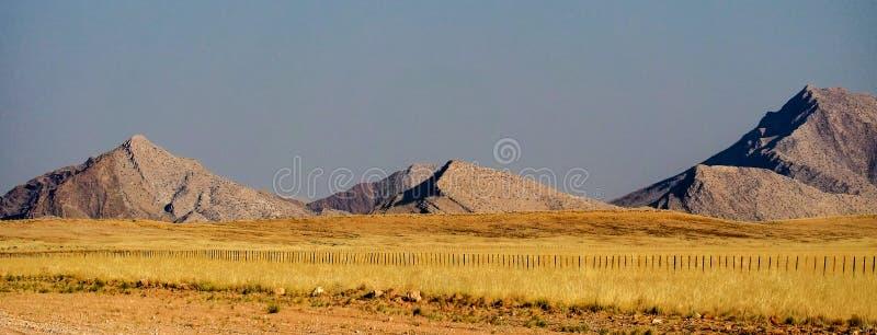 与山的石沙漠风景在单粒宝石附近在纳米比亚 免版税库存照片