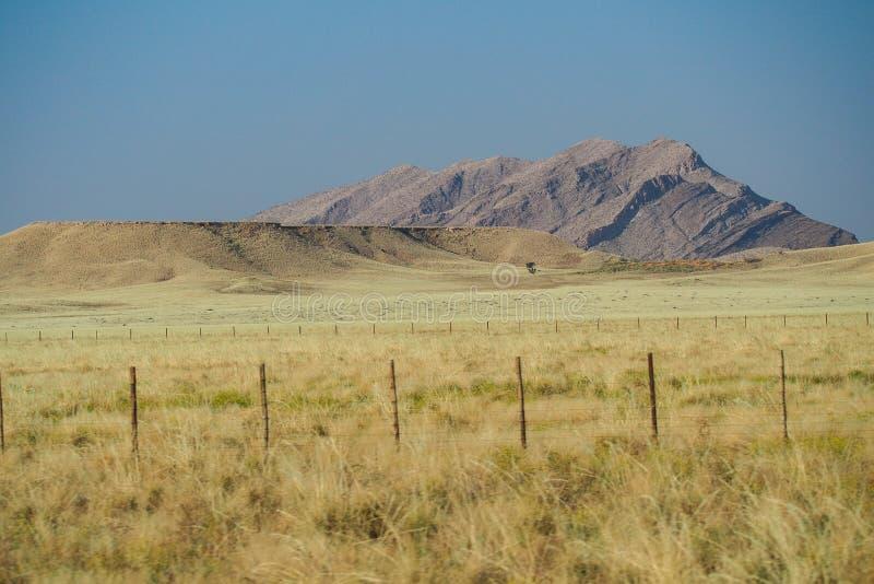 与山的石沙漠风景在单粒宝石附近在纳米比亚 库存照片