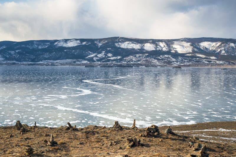 与山的美好的冬天风景在贝加尔湖 库存图片