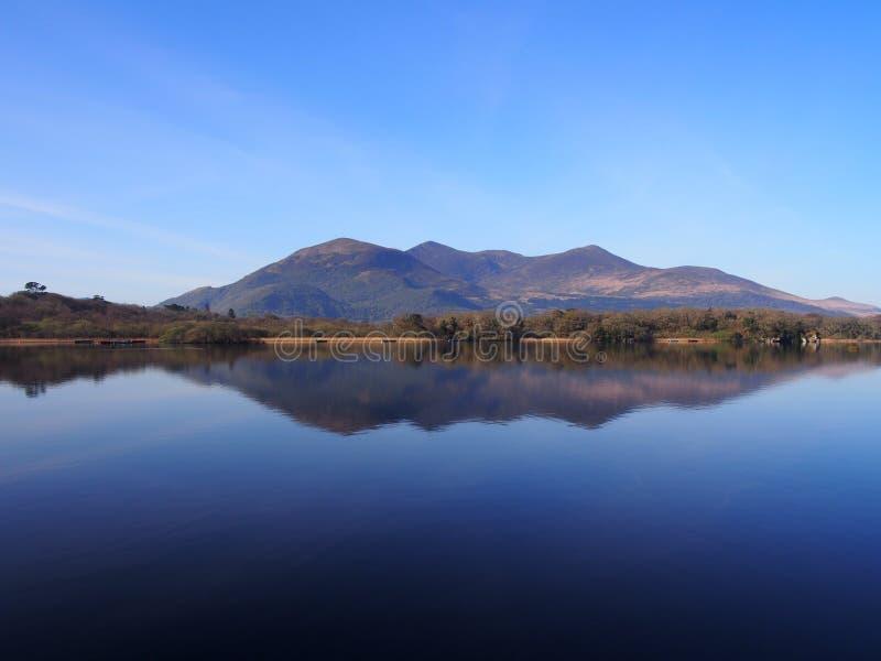 与山的蓝色湖反射 库存照片