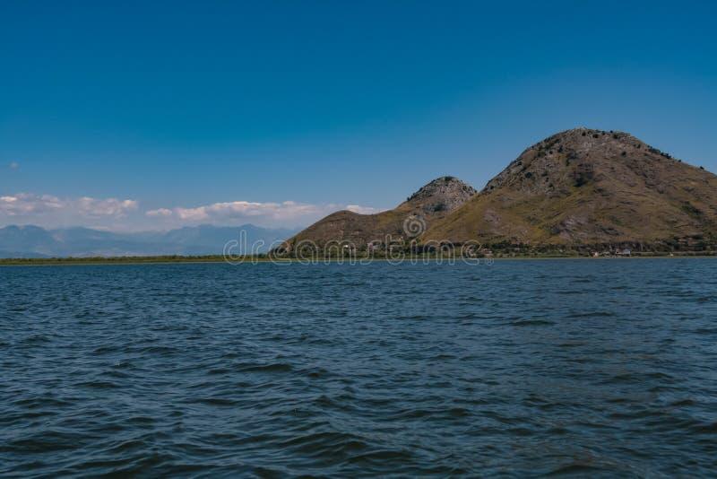 与山的风景在skadar湖在黑山 免版税库存照片