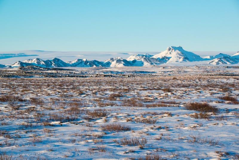与山脉的冬天风景在Langjokull,冰岛附近 图库摄影