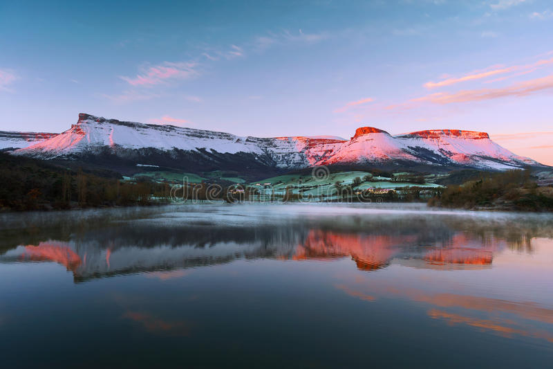 与山脉Salvada反射的Marono水库 库存照片