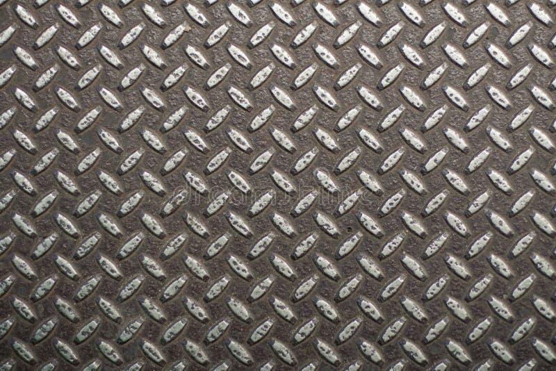 与山谷的生锈的金属表面 与规则结构,与空的空间的工业背景的肮脏的钢纹理文本的 免版税库存照片