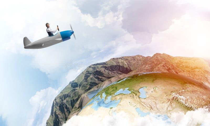 驾驶小螺旋桨推进式飞机的愉快的飞行员 库存例证
