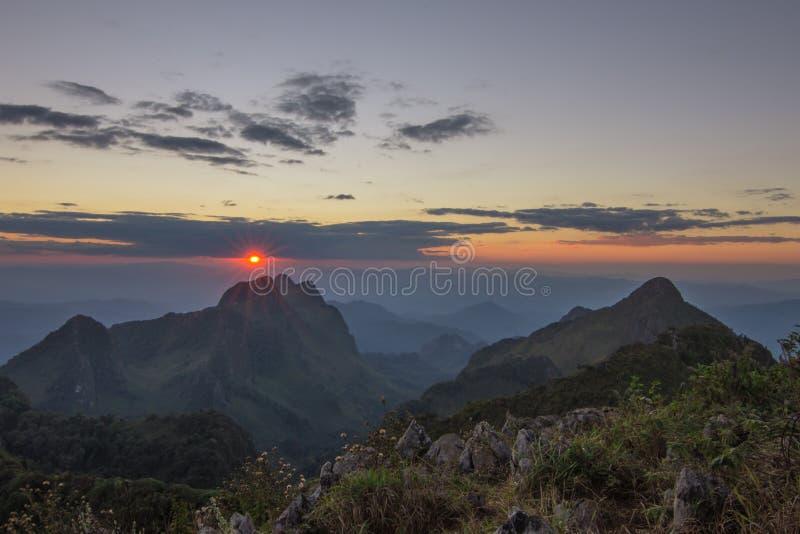 与山风景的日落 免版税库存照片