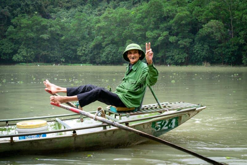 与岩石和米领域的美好的风景在宁平市和Tam Coc在越南 免版税库存图片