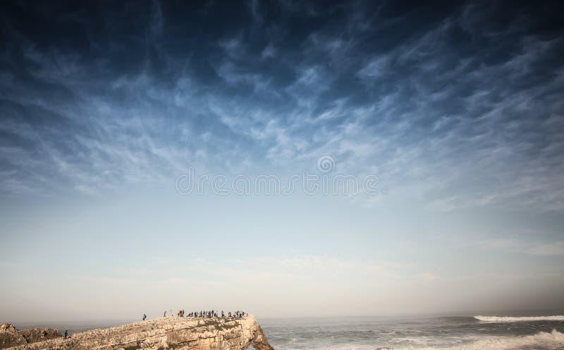 与岩石和peaple的天空 免版税库存照片