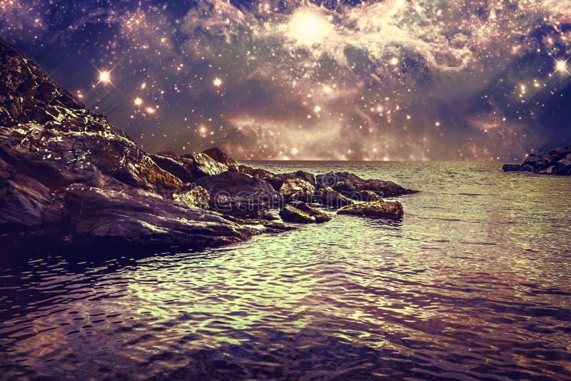 与岩石海岸、海和天空的抽象风景 免版税库存照片