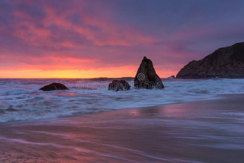 与岩石的加利福尼亚日落 免版税库存照片