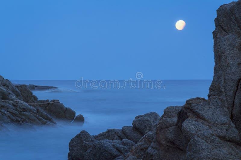 与岩石的夜沿海射击,从肋前缘的长的曝光图片 库存图片
