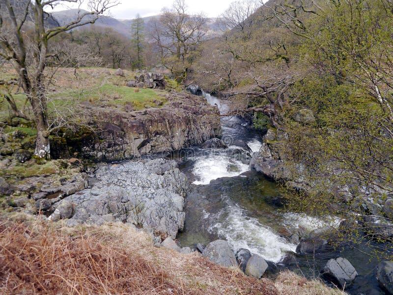 与岩石的小河 免版税库存照片
