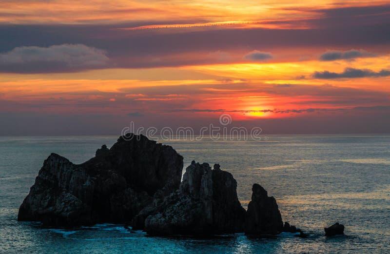 与岩石的日落 免版税库存照片